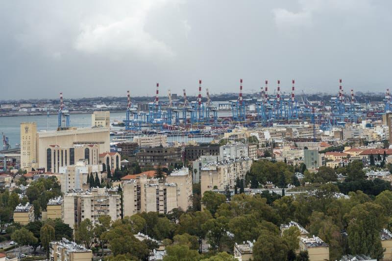Городской город Хайфы и гаван взгляд на бурный день стоковые изображения rf