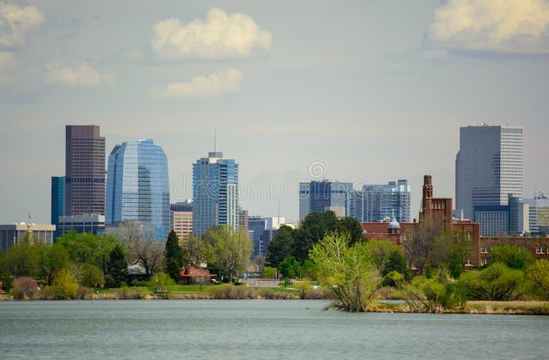 Городской Денвер, Колорадо от озера Sloan на солнечный день стоковая фотография