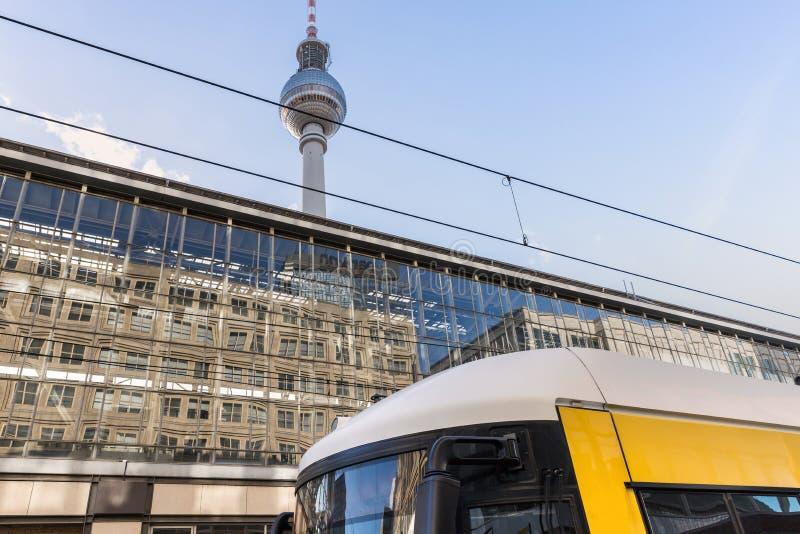 Городской желтый трамвай на alexanderplatz Берлине Германии стоковое фото