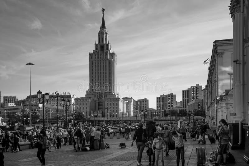 Городской ландшафт большого города с визированиями и людей в черно-белом стоковая фотография