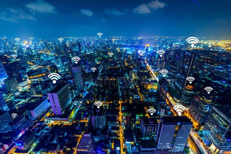 Городской пейзаж Бангкока с добавленными родовыми сигналами и точками подхода wifi стоковые изображения
