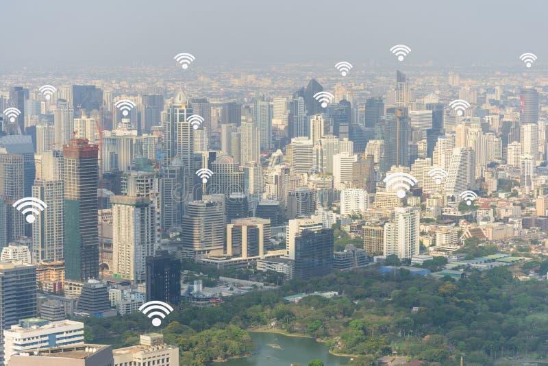 Городской пейзаж Бангкока с добавленными родовыми сигналами wifi стоковое фото