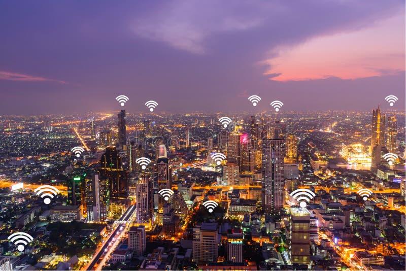 Городской пейзаж Бангкока с добавленными родовыми сигналами wifi стоковое изображение