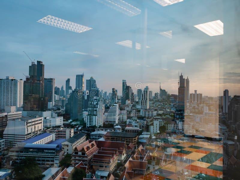 Городской пейзаж Бангкока с отражением зеркала стоковые фотографии rf
