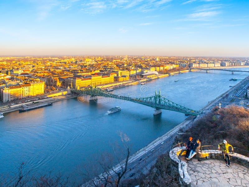 Городской пейзаж Будапешт с рекой Дуна Взгляд от холма Gellert, Венгрии стоковая фотография rf