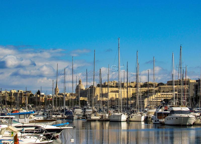 Городской пейзаж Валлетты, столицы Мальты, с парусниками и yahts в гавани в солнечном дне с голубым небом в солнечном дне, ЕС, стоковая фотография rf