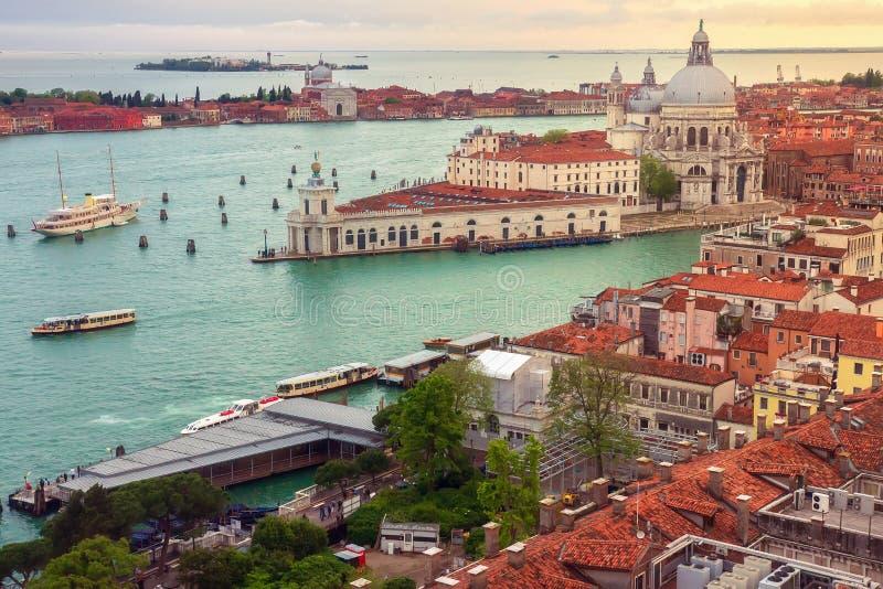 Городской пейзаж Венеции сверху Взгляд сверху старого городка Венеции на заходе солнца, Италии Ландшафт Venezia стоковая фотография rf