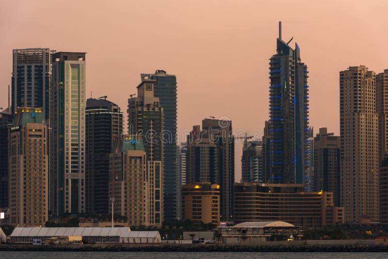 Городской пейзаж вечера города Дубай, ОАЭ стоковая фотография rf
