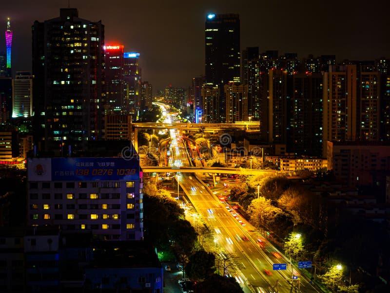Городской пейзаж взгляда ночи высотного здания города Гуанчжоу, Китая стоковое фото