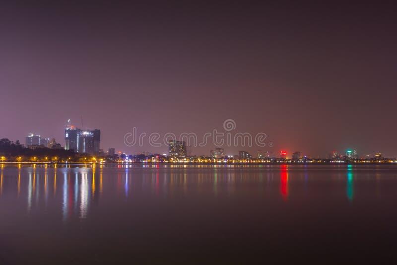Городской пейзаж взгляда ночи на западном озере Ho Tay стоковое изображение