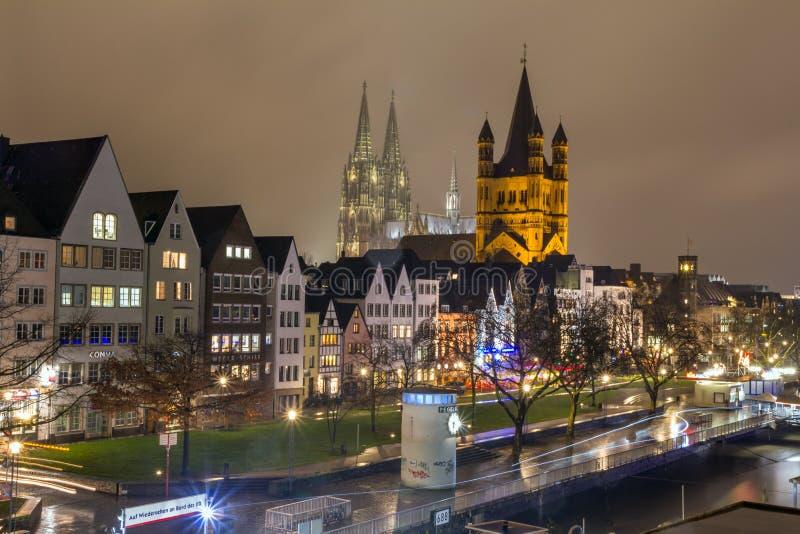 Городской пейзаж - взгляд вечера на прогулке Рейна на предпосылке большие церковь St Martin и собор Кёльна стоковая фотография rf