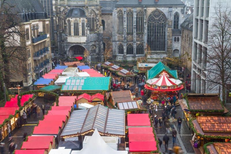 Городской пейзаж - взгляд рождественской ярмарки на предпосылке собор Аахена стоковые фото