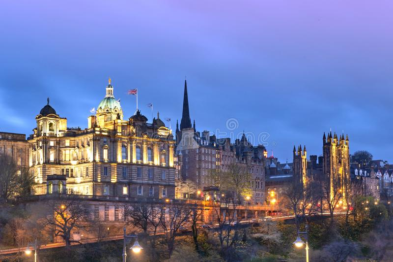 Городской пейзаж в старом районе городка города Эдинбурга будучи освещанным вверх на ноче в центральном Эдинбурге, Шотландии, Вел стоковые фотографии rf