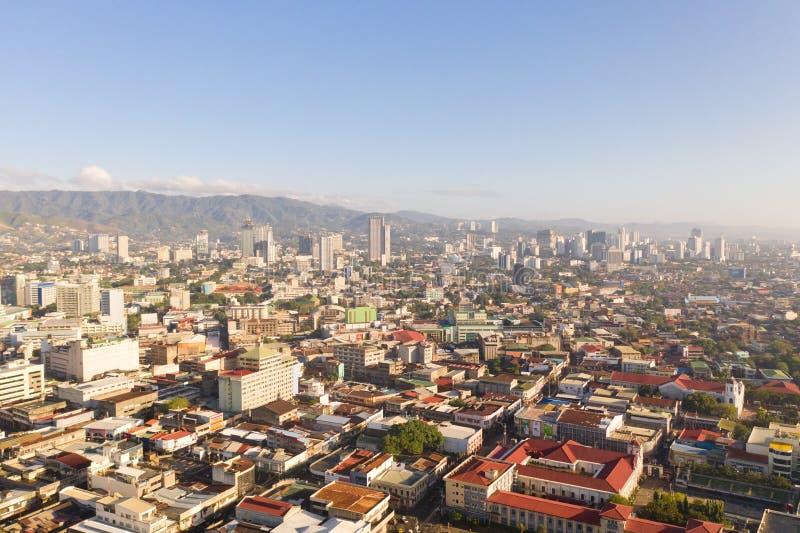 Городской пейзаж в утре Улицы и дома города Cebu, Филиппин, взгляда сверху стоковое изображение rf