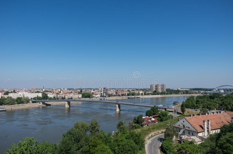 Городской пейзаж в Novi унылом с мостом Duga и Дунаем Varadin От крепости Petrovaradin, Сербия стоковое изображение
