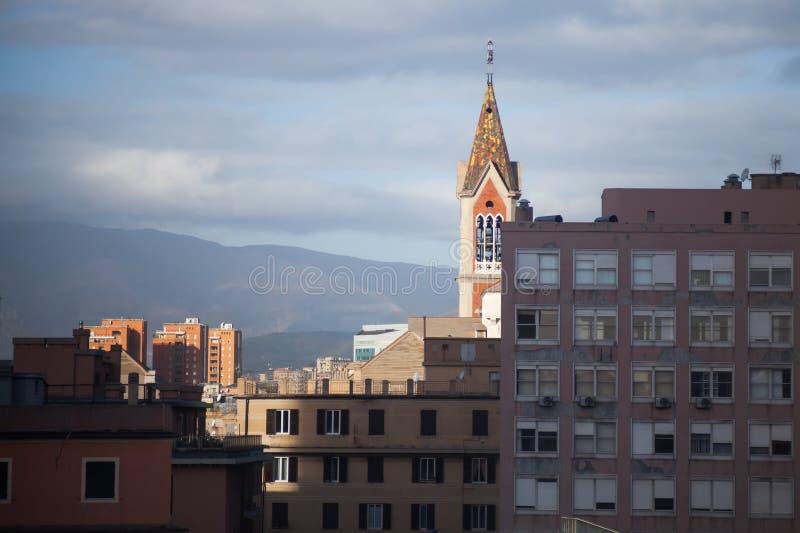 Городской пейзаж Генуи, колокольня приходской церкви стоковые изображения rf