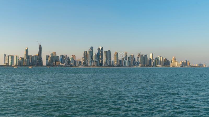 Городской пейзаж горизонта Дохи Катара с небоскребами стоковые изображения