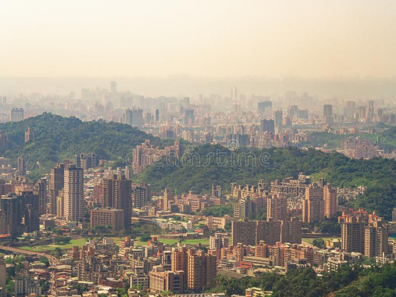 Городской пейзаж города Тайбэя в тумане с золотым солнечным светом от гондолы Maokong стоковое фото rf