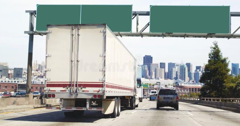 Городской пейзаж городского движения с пустыми знаками шоссе стоковые фото