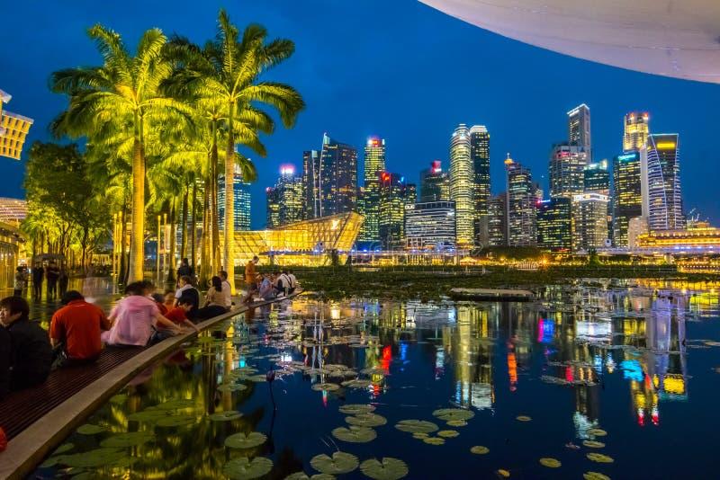 Городской пейзаж делового района Взгляд от песков залива Марины, Сингапур вечером стоковое фото