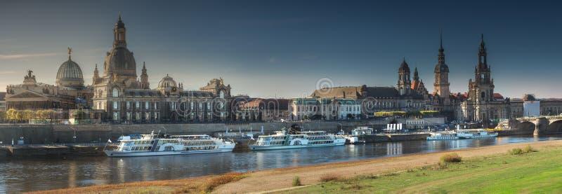 Городской пейзаж Дрездена на Эльбе и мосте Augustus, Дрездене, Саксонии, Германии стоковые фотографии rf