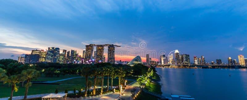 Городской пейзаж и заход солнца горизонта Сингапура на заливе Марины во времени сумерек Панорамный вид Принятое фото на загражден стоковое изображение