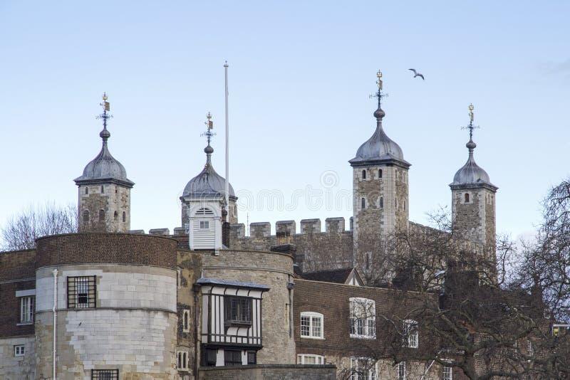 Городской пейзаж Лондона через реку Темза с целью башни Лондона, Лондона, Англии, Великобритании, мая стоковое фото