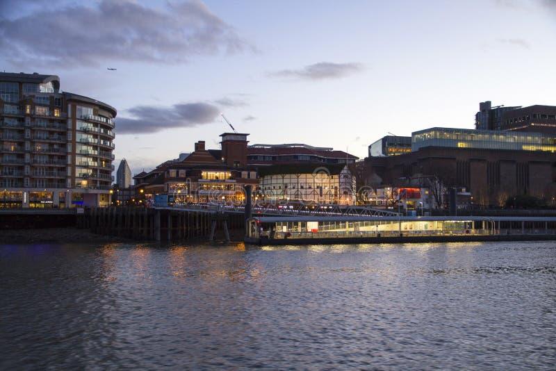 Городской пейзаж Лондона через реку Темза с целью глобуса Shakespeares, Лондон, Англию, Великобританию, стоковое фото