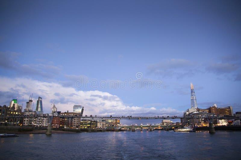 Городской пейзаж Лондона через реку Темза с целью здания Leadenhall и черепка, Лондона, стоковые фотографии rf