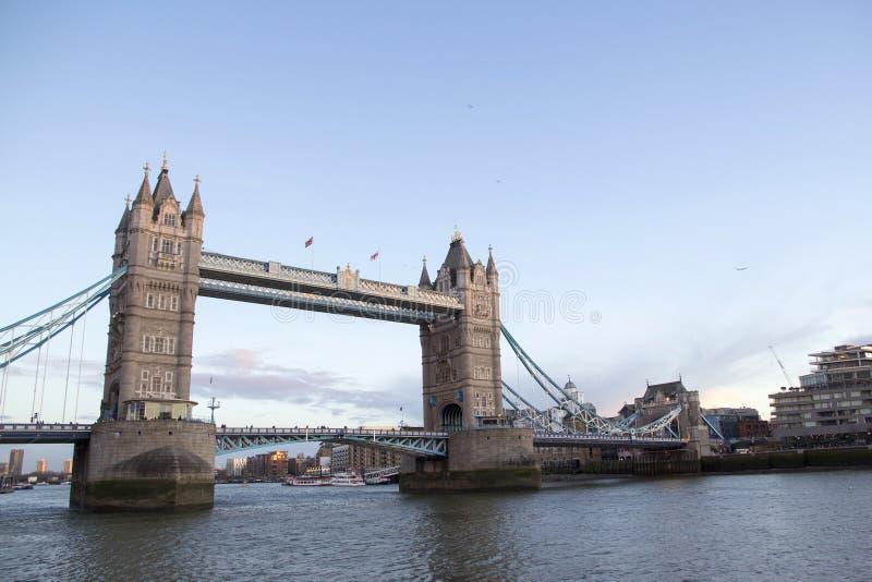 Городской пейзаж Лондона через реку Темза с целью моста башни, Лондона, Англии, Великобритании, 20-ое мая, стоковые изображения