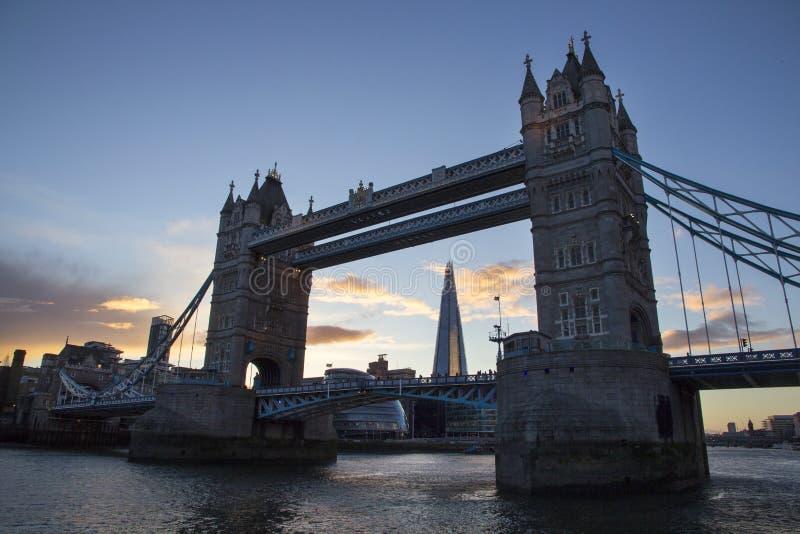 Городской пейзаж Лондона через реку Темза с целью моста башни и черепка, Лондона, Англии, Великобритании стоковая фотография