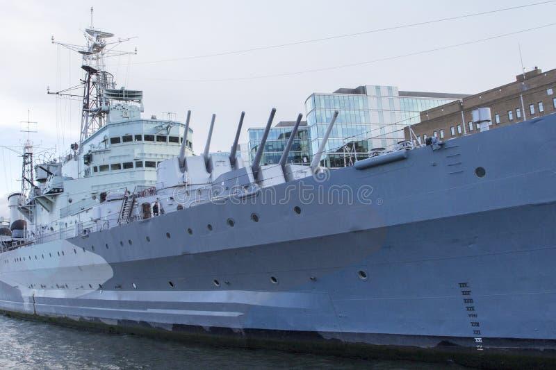 Городской пейзаж Лондона через реку Темза с целью музея военного корабля HMS Белфаста, Лондона, Англии, Великобритании стоковое изображение rf