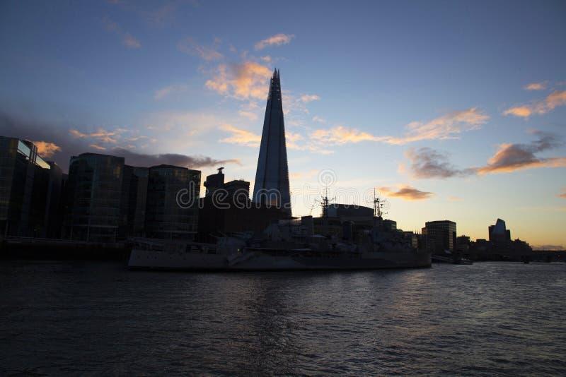 Городской пейзаж Лондона через реку Темза с целью черепка, Лондон, Англию, Великобританию, 20-ое мая 2017 стоковое изображение rf