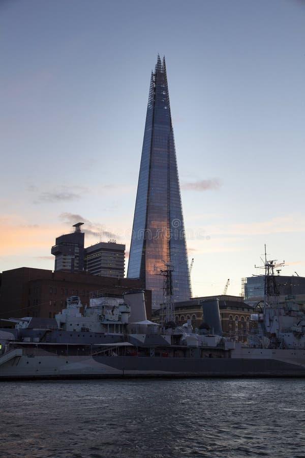 Городской пейзаж Лондона через реку Темза с целью черепка, Лондон, Англию, Великобританию, 20-ое мая 2017 стоковые фото