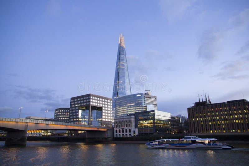 Городской пейзаж Лондона через реку Темза с целью черепка, Лондон, Англию, Великобританию, 20-ое мая 2017 стоковые изображения rf