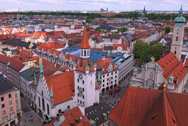 Городской пейзаж Мюнхена исторический разбивочный панорамный воздушный Старые здание муниципалитет, церковь Heiliggeistkirche Hei стоковые фотографии rf