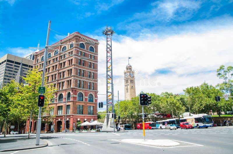 Городской пейзаж на пересечении сформировал улицей Pitt и улицей Джордж с исторической башней с часами центрального железнодорожн стоковые фотографии rf