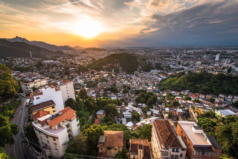 Городской пейзаж областей Рио-де-Жанейро плохих заходом солнца стоковые изображения