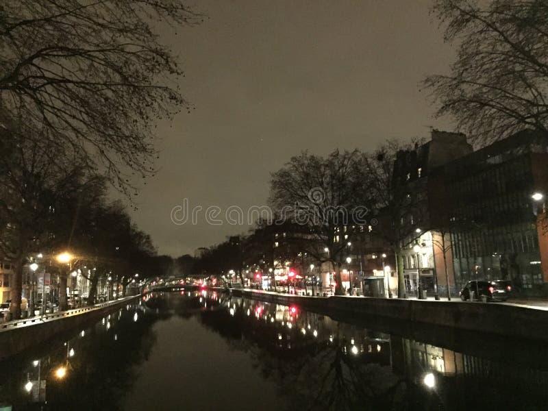 Городской пейзаж Парижа к ночь стоковые изображения rf