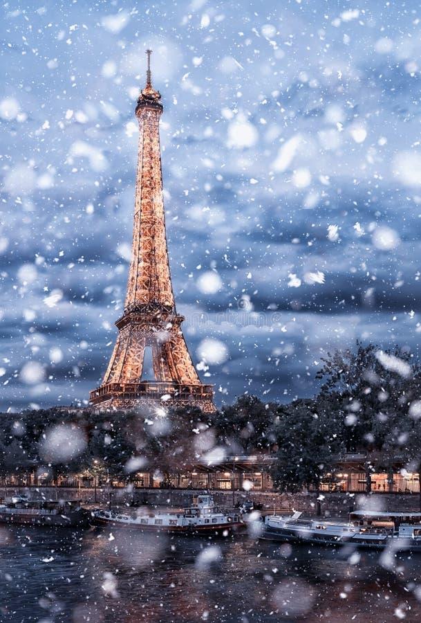 Городской пейзаж Парижа под снегом стоковая фотография rf