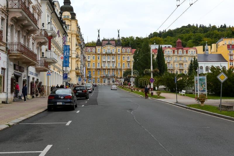 Городской пейзаж показывает таунхаусы вдоль улицы стоковое изображение