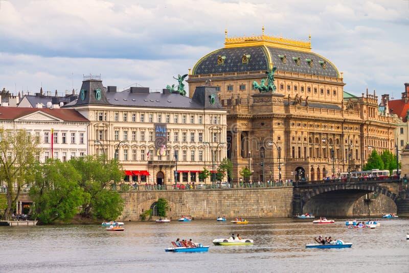 Городской пейзаж Праги лета с красивым зданием национального театра стоковая фотография