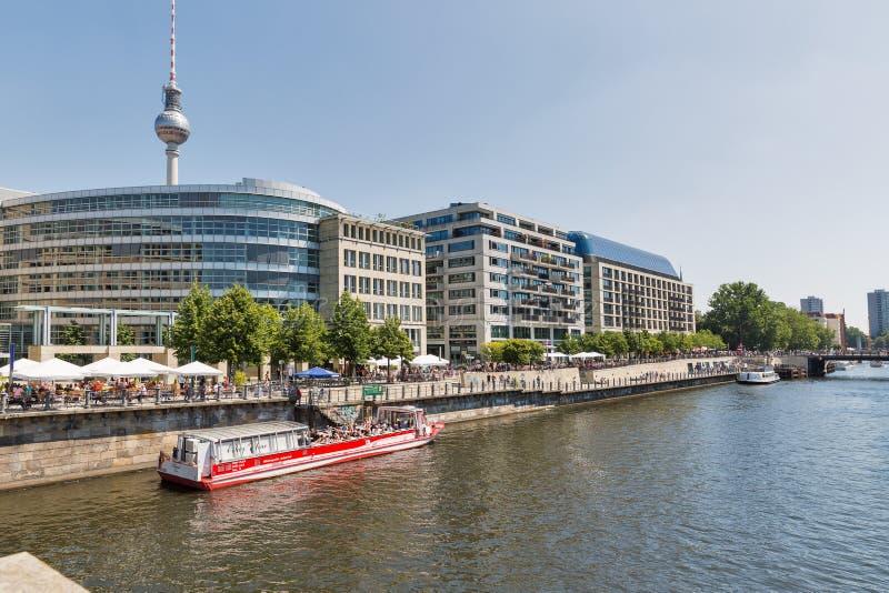 Городской пейзаж прогулки Ufer с рекой оживления в Берлине, Германии стоковые фото