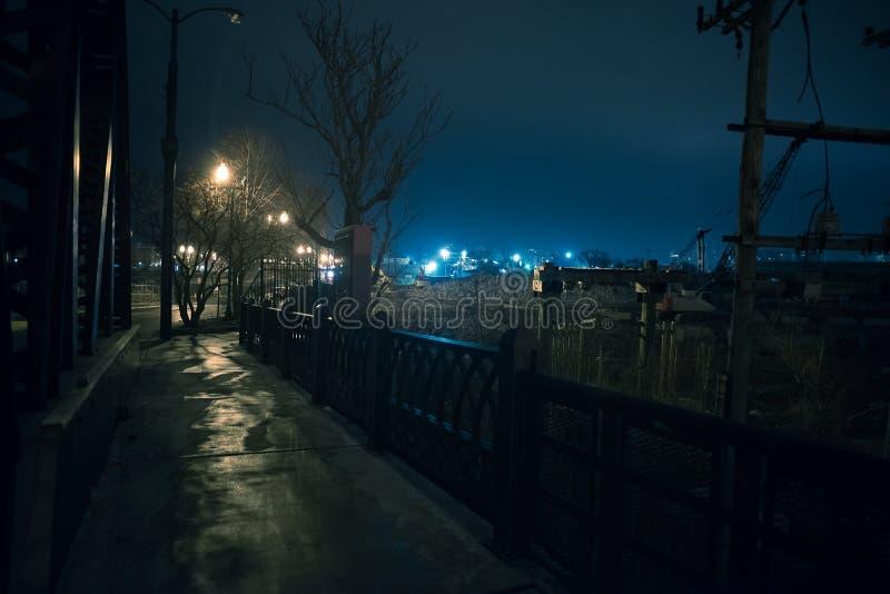 Городской пейзаж пустоши стальной фабрики в Чикаго на ноче стоковое изображение rf