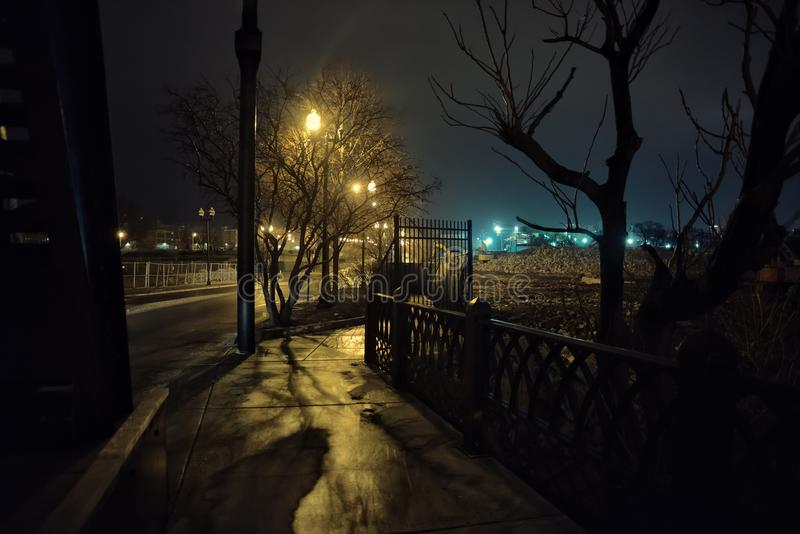 Городской пейзаж пустоши стальной фабрики на ноче стоковые фото