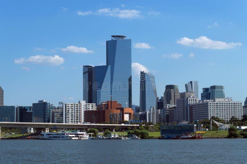 Городской пейзаж Сеула с портом туристических суден стоковое фото
