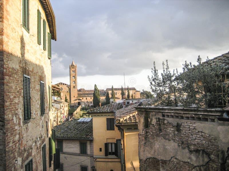Городской пейзаж Сиены Италии с тенями стоковая фотография rf