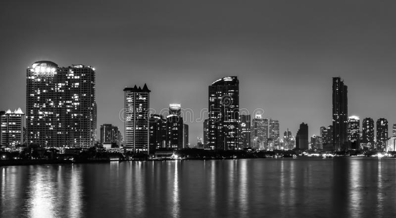Городской пейзаж современного здания около реки в вечере Современное офисное здание архитектуры Небоскреб с небом вечера стоковая фотография