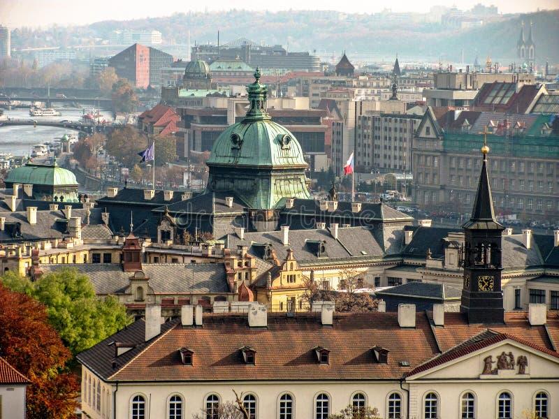 Городской пейзаж старой Праги, крыл крыши черепицей старых домов стоковое фото rf