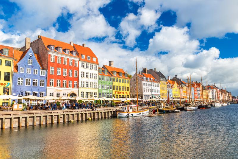 Городской пейзаж столицы Дании Взгляд Nyhavn, больше всего посетил место и ориентир в старом городке стоковое фото rf